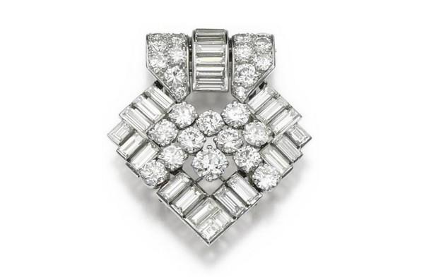 ▲柴契爾向女王辭職當天配戴的鑽石胸針。(圖/蘇富比官方)