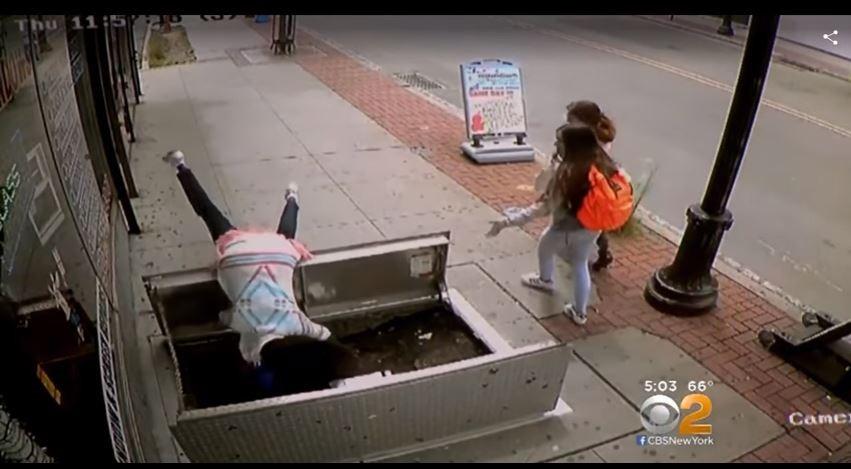 ▲67歲婦人走路玩手機摔進施工地下道。(圖/翻攝自YouTube Salt)