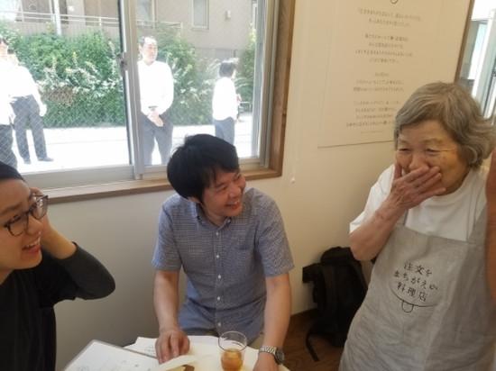 店員全是失智症老婆婆!讓人放寬心的日本「會上錯菜餐廳」。(圖/翻攝自huffingtonpost)