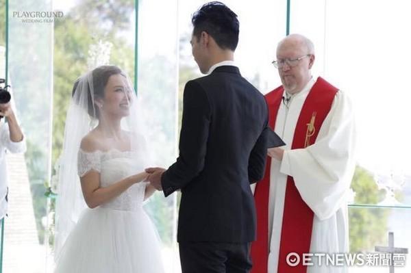 ▲牧師見證愛紗和周洺甫。(圖/經紀公司提供)