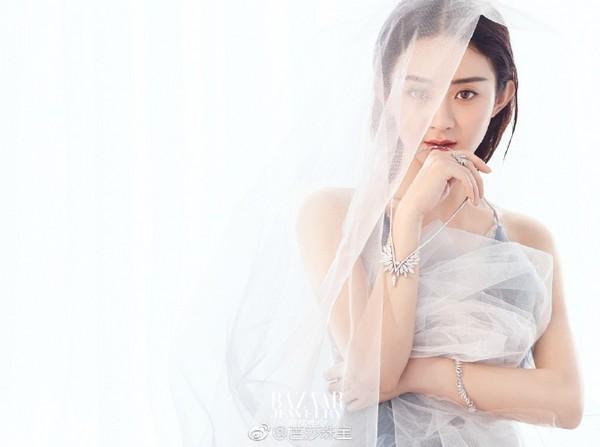 ▲趙麗穎拍時尚雜誌封面大裸背。(圖/翻攝自《芭莎珠寶》微博)