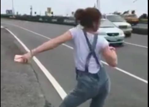 ▲「攔車姐」路邊狂扭熱舞超大膽 網笑暈:誰敢停車啦!(圖/翻攝自YouTube)