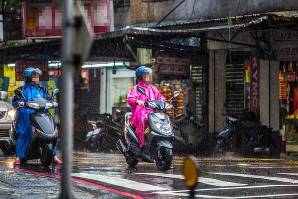 ▲大雷雨,躲雨,午後雷震雨,騎車篇。(圖/記者林世文攝)