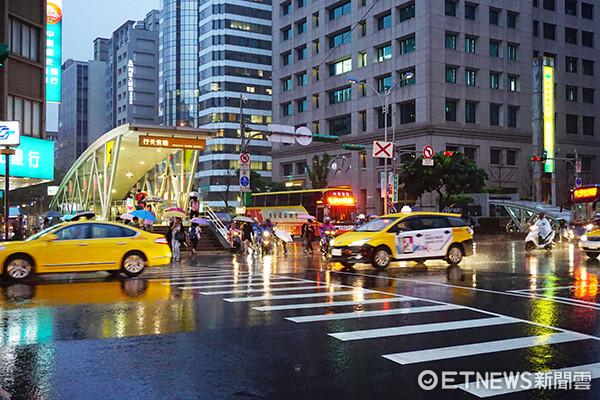 為防豪大雨成災,建議民眾要加保颱風及洪水保險,以確保人身及財產安全。(圖/記者官仲凱攝)