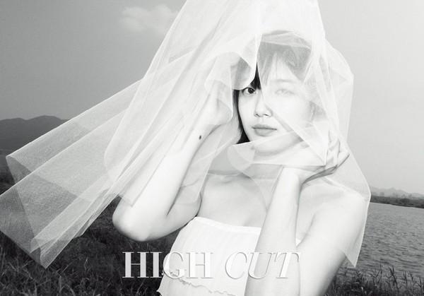 ▲秀智白色婚紗照。(圖/翻攝自HIGH CUT推特)