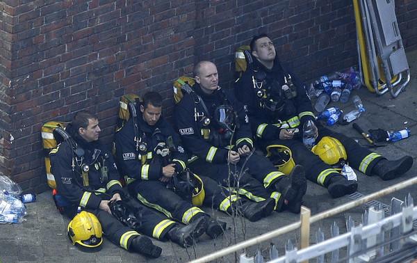 ▲▼倫敦格蘭菲塔Grenfell Tower發生大火,消防員救援(圖/美聯社)