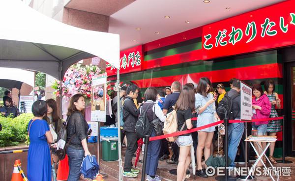 一蘭拉麵開幕 粉絲半夜2點頭香 就連邰智源也來朝聖。(圖/記者黃士原攝)