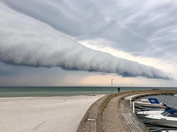▲瑞典罕見雲朵如浪撲海灘 網稱「末日奇景」(圖/翻攝自SVT Väder)