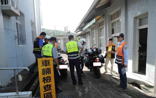 ▲台南市環保局會同警察及監理單位,攔查機車取締改裝車。(圖/南市環保局提供)