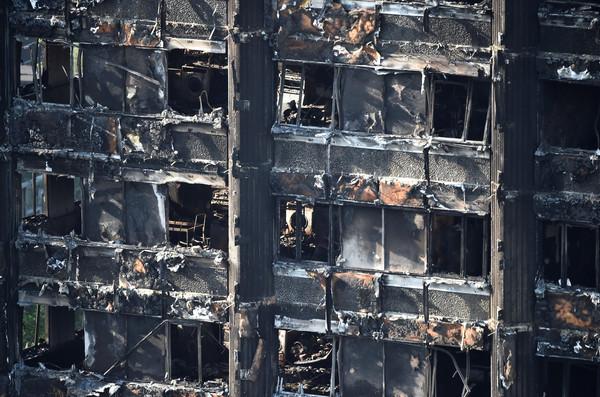 ▲▼倫敦格蘭菲塔Grenfell Tower發生大火,消防員救援。(圖/路透社)