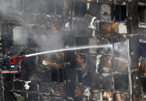 ▲▼倫敦格蘭菲塔Grenfell Tower發生大火,消防員救援。(圖/達志影像/美聯社)