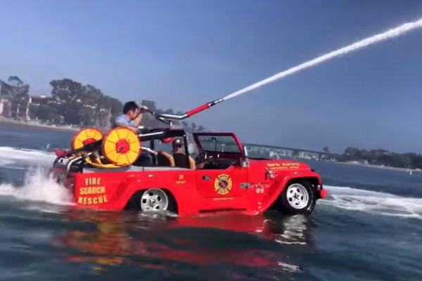 ▲吉普車變「水陸消防艇」?下海不會沉 時速破72KM。(圖/翻攝自WaterCar)