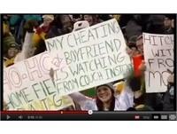 美式足球賽恨意炸裂!美國舉牌妹嗆前男友劈腿