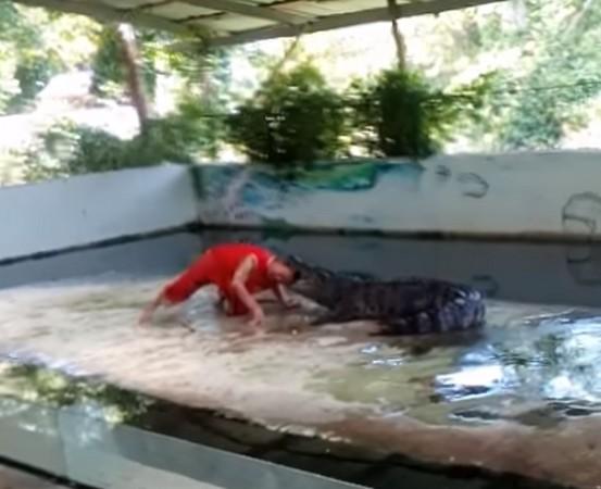 ▲泰國蘇梅島鱷魚咬住表演員頭部。(圖/翻攝自ViralHog YouTube)