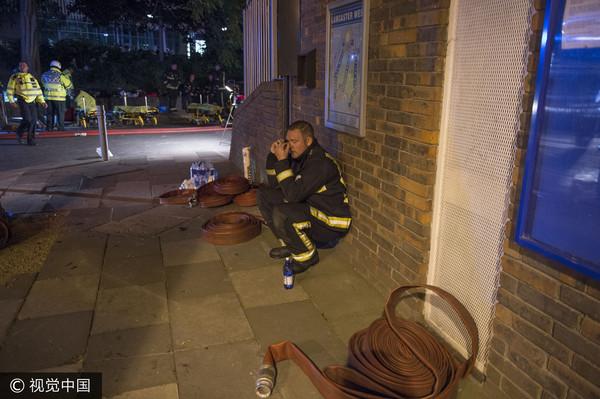 ▲▼倫敦消防員參與大樓大火救援,身心俱疲。(圖/CFP)