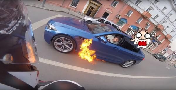耍帥競飆不成反「自主發爐」?百萬BMW M5瞬間燒毀一大半(圖/翻攝自Айрат Газаиров Youtube)