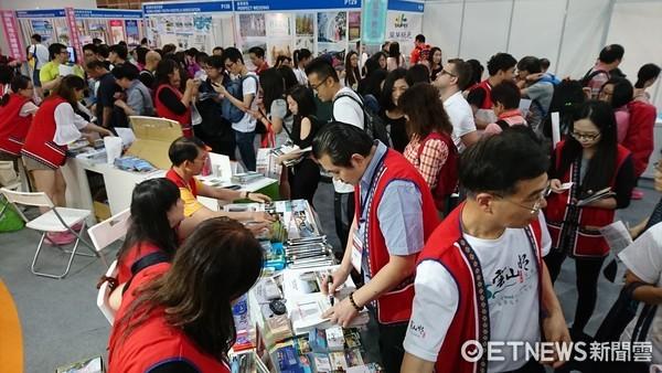 花蓮業者統一穿著紅色原住民背心,展現花蓮熱情迎接旅客,吸引香港民眾的駐足。(圖/花蓮縣政府提供)