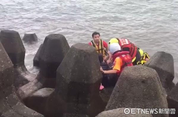 ▲洪姓男子今天上午從十八王公旁橋上跳水輕生。(新北消防局提供)