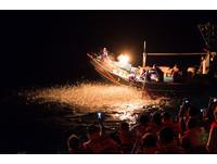 攝影迷瘋狂了!「金山蹦火船」開航 萬魚跳躍絢爛如煙火