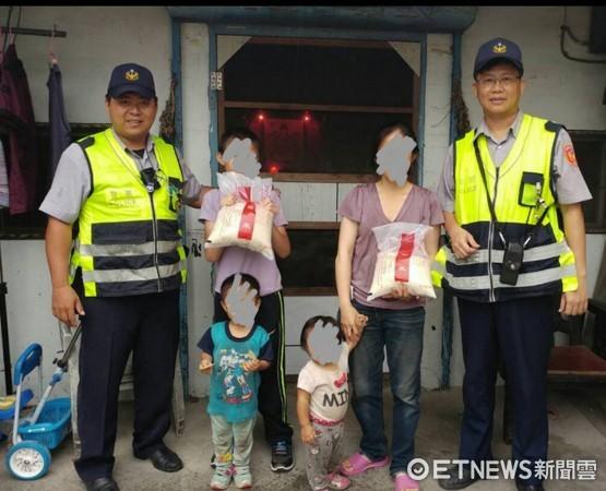 台東池上分駐所員警轉贈2包愛心米,給帶著幼童來警所詢問救濟的單親媽媽。(圖/台東縣警察局提供)