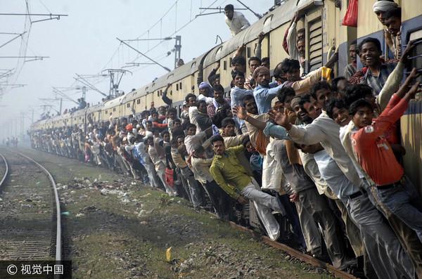 ▲▼印度民眾搶搭火車,導致整列車人滿為患還要站外面。(圖/CFP)
