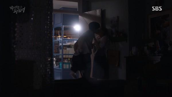 ▲雷/《奇怪的搭檔》池昌旭、南志鉉激吻上床。(圖/翻攝自YouTube SBS Drama)