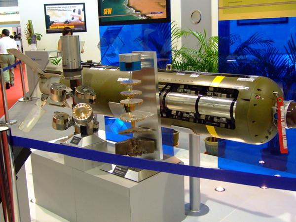 傳感器引爆武器(Sensor Fuzed Weapon,SFW)是一種集束炸彈,主要對付地面的坦克群,飛機在高空投下炸彈不久,就會分離為10個帶有降落傘子炸彈,接近地面時,會被子炸彈上的局部火箭推向高空,分為4個斯基特反裝甲彈頭。彈頭上有雙模傳感器導引,導引彈頭飛向目標。(圖/翻攝自維基百科)