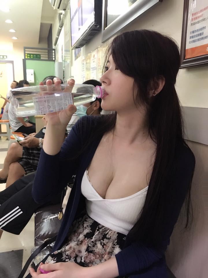 ▲模特兒姚采辰喝水照在網路瘋傳。(圖/翻攝自姚采辰臉書)