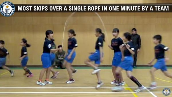 日本小學生「高速火車過山洞」跳繩 1分鐘225下破金氏紀錄。(圖/翻攝自YouTube Guinness World Records)