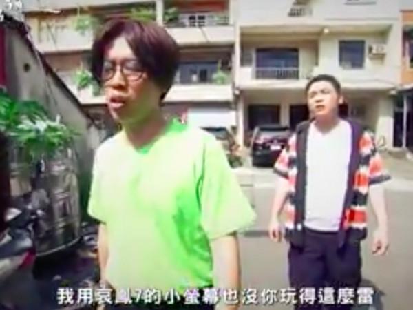 錢俞安模仿花甲男孩盧廣仲。(圖/翻攝《全民大悶鍋》粉絲團)
