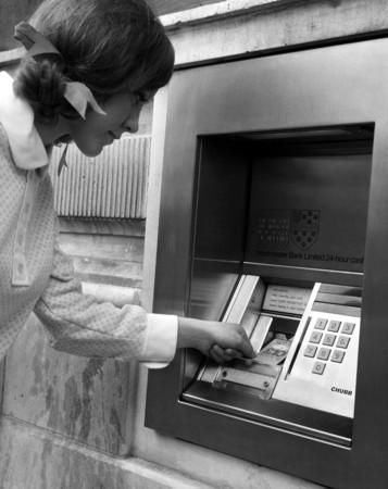 ▲▼1967年自動提款機誕生了。(圖/達志影像/美聯社)