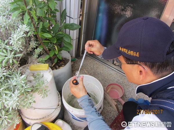 ▲台南市政府加強稽核陽性孳生容器,一旦發現即依法告發。(圖/市府提供)