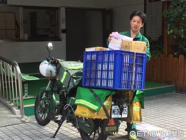 ▲中華郵政郵差送貨。(圖/記者賴文萱攝)