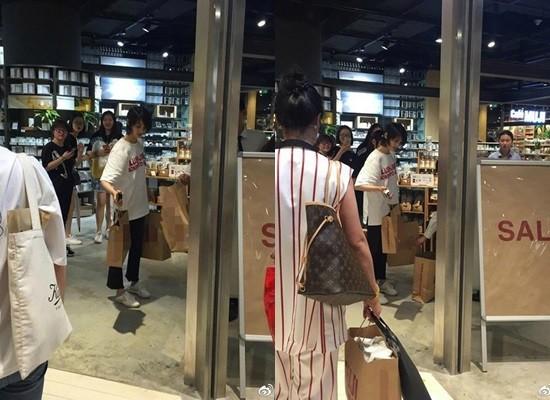 ▲鄭爽穿著輕便現身商場採購。(圖/翻攝自新浪娛樂微博)