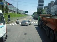 卡車司機交流道「擋路口」下車扶阿婆過馬路 畫面美哭網友
