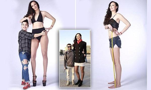 ▲身高206公分的李辛娜,一躍成為「世界最高模特兒」的紀錄保持人。(圖/翻攝自Barcroft TV)