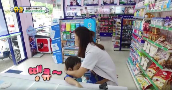 書言、書俊買防蚊液。(圖/翻攝自KBS 예능臉書)