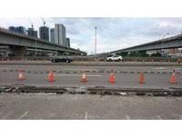 安全島打除工程「挖穿橋面」 碎石波及7車!桃市府急善後