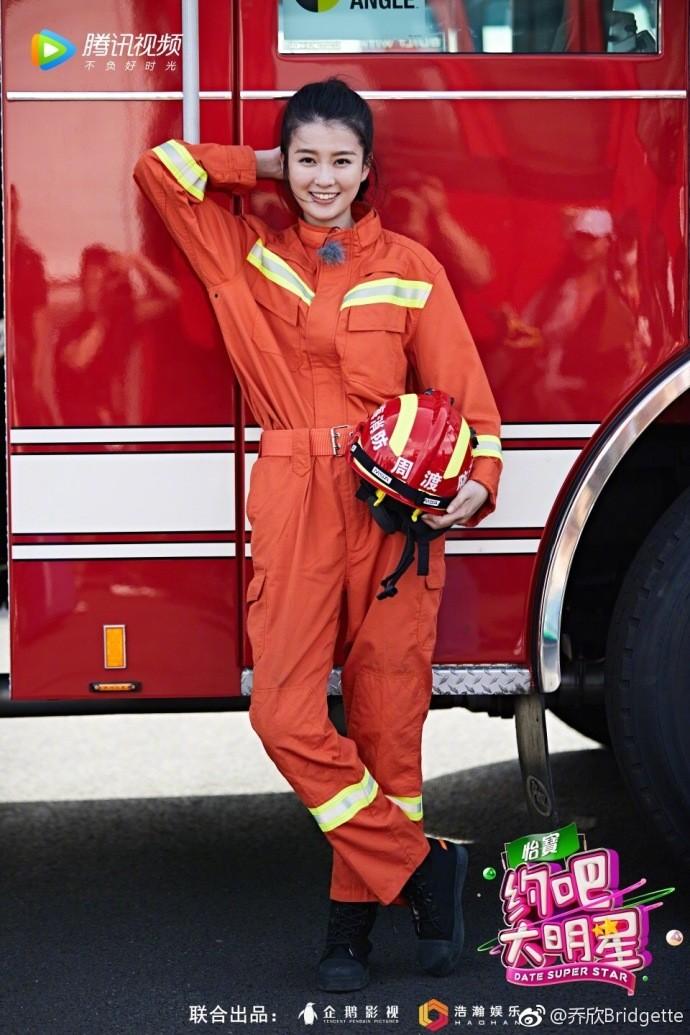 ▲喬欣把消防服穿成露肩裝。(圖/翻攝喬欣微博)