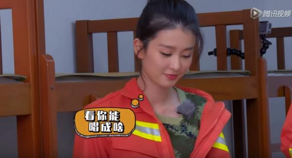 ▲喬欣把消防服穿成露肩裝。(圖/翻攝自YouTube)