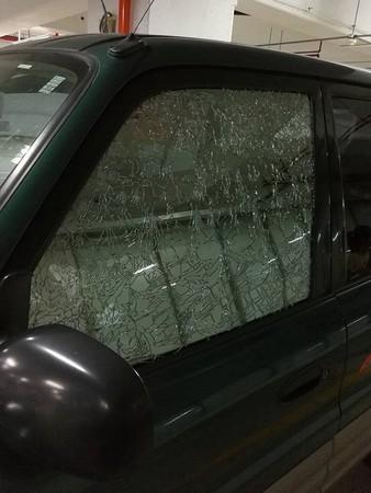 ▲愛車停地下停車場窗碎整片 車主急求救 專家:溫度造成(圖/翻攝自新竹爆料公社)
