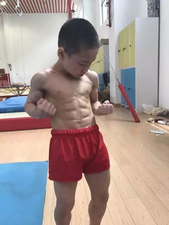 「因為體操很帥」,7歲體操男孩刻苦練出「8塊肌」。(圖/翻攝自杭州網)