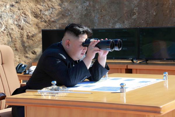 ▲▼北韓試射彈道飛彈,金正恩持望遠鏡觀看。(圖/CFP)