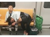 媽媽累了趴他腿上休息 「小暖男」給她拍拍...還貼心報站
