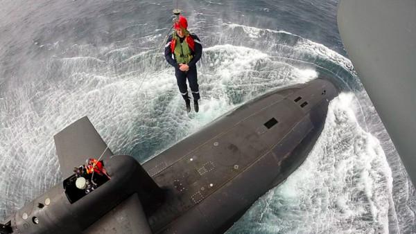 ▲法國總統馬克宏高功降落核動力潛艇(圖/翻攝自馬克宏推特)