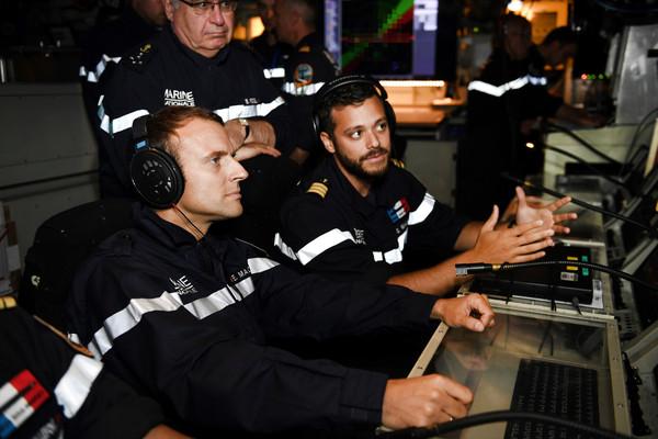 ▲法國總統馬克宏高空降落在核動力潛艇(圖/路透社)