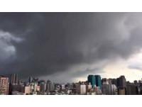 烏雲蓋台中瞬間「晴空→暴雨」 大暑前最熱雨少飆37度!