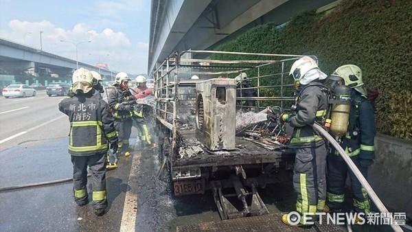 ▲▼疑載冷氣機釀禍 國道火燒車意外...貨車燒到剩骨架。(圖/記者徐文彬攝)