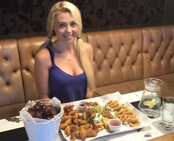 ▼她獨自吃下30公分高的漢堡。(圖/翻攝自IG/kate.ovens)