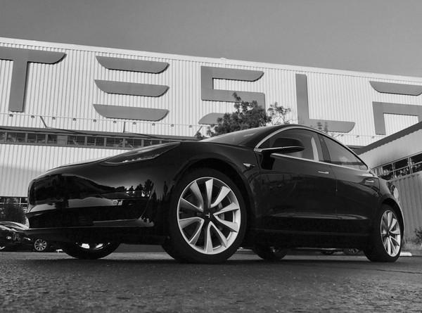 ▲特斯拉Model 3帥照先曝光 首部成創辦人46歲生日禮!(圖/翻攝自Elon Musk推特)
